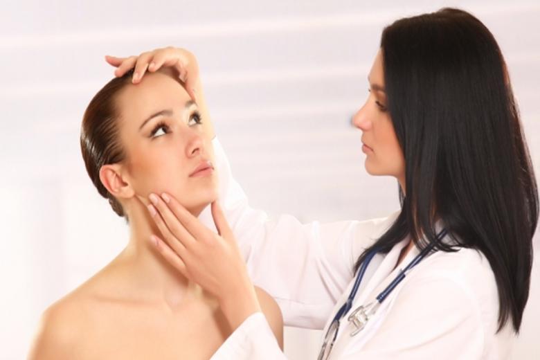 Na consulta com o Dermatologista é feita uma análise minuciosa da pele.