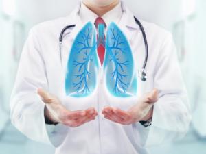 O pneumologista é o especialista responsável por cuidar de diversas doenças que estão relacionadas ao sistema respiratório.