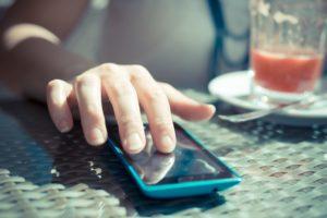 É preciso ficar atento para o uso excessivo do celular, ele pode causar danos a saúde