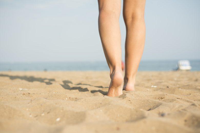 Uma das formas de contrair a doença é andar descalço em areias ou gramados