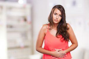 O câncer de estomago pode causar dores abdominais, náusea e vomito