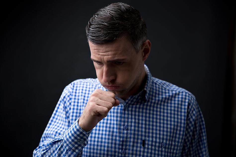 Um dos principais sintomas da pneumonia é a tosse