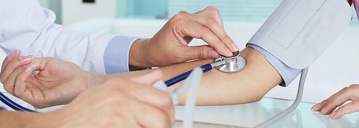 Para prevenir infartos e derrames é necessário checar a pressão arterial