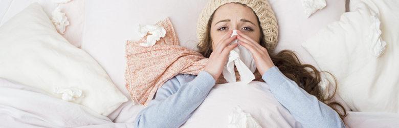Um dos principais sintomas da rinite alérgica é o espirro e o corrimento nasal