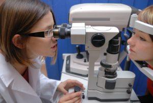 A consulta com o oftalmologista é importante para prevenir doenças graves que podem ser assintomáticas