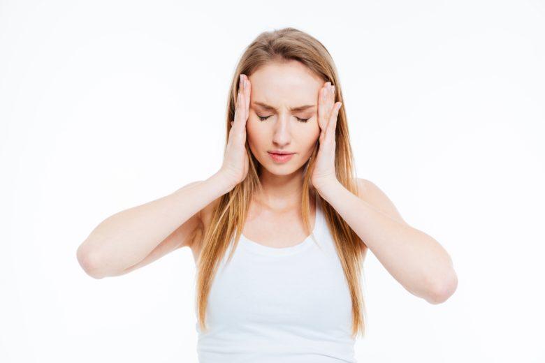 A enxaqueca é mais comum em mulheres por causa das mudanças hormonais.