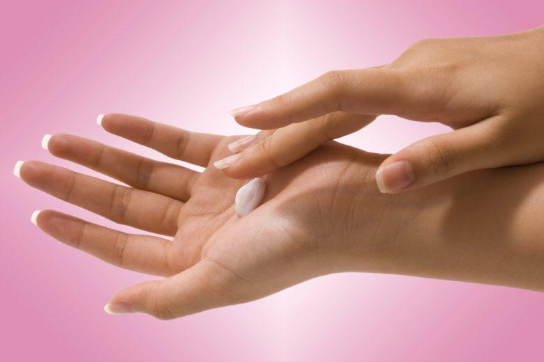 Hidratar a pele é uma das formas de evitar o aparecimento de psoríase