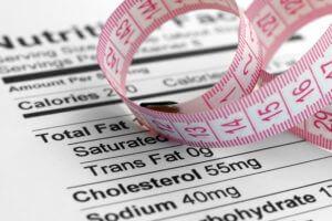 Todos os alimentos vem acompanhado da tabela nutricional, incluindo o colesterol.