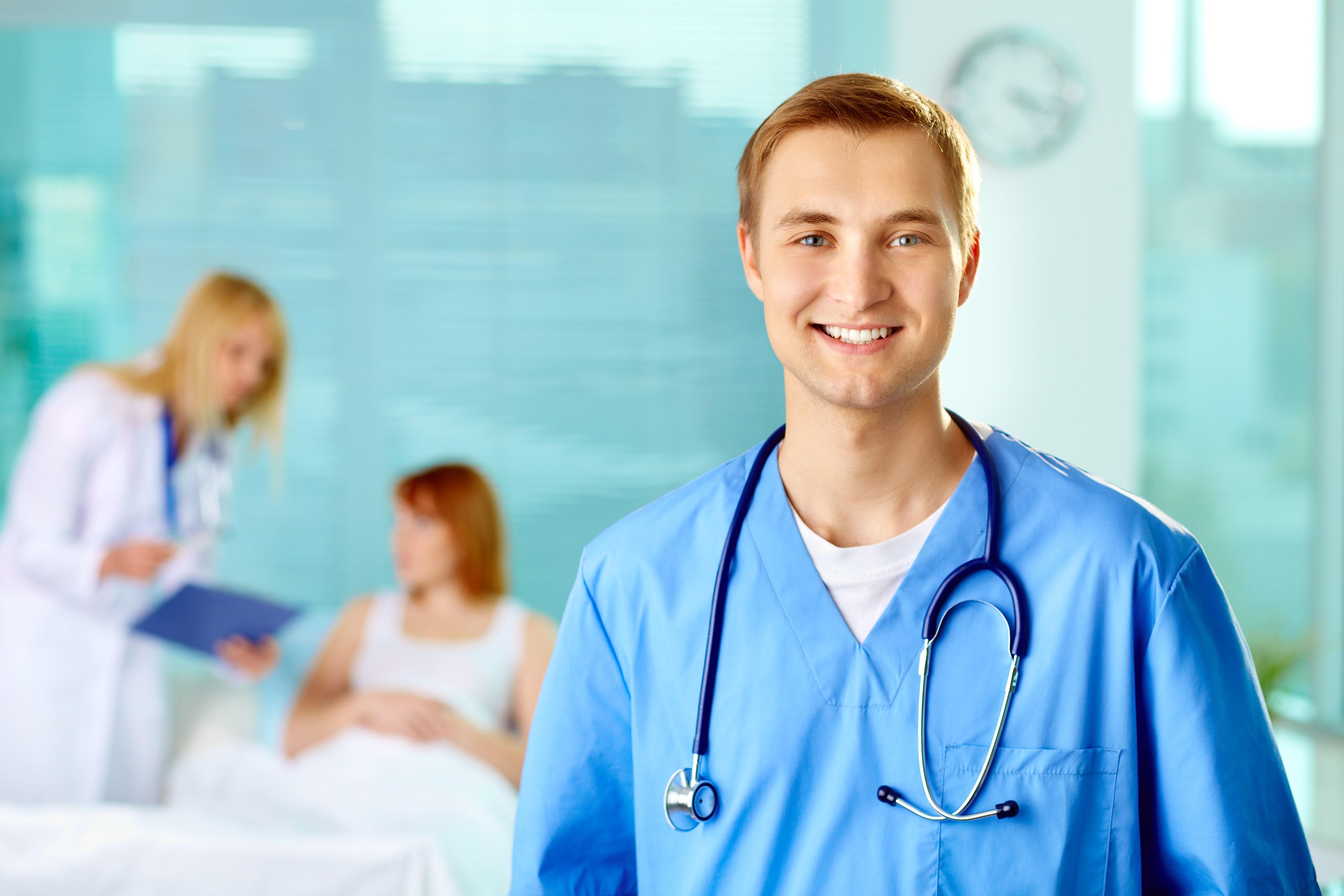 Na realização da endoscopia o paciente é deitado em uma maca, preferencialmente de lado para facilitar a realização do exame.