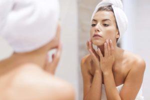 Para não tem dermatite atópica é preciso não tomar banhos muito quentes e demorados.