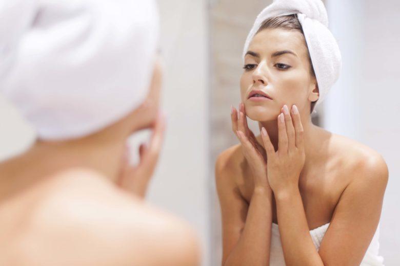 A dermatite atópica pode ter diversas causas, ocorrendo por meio do contato com poeira, produtos químicos, objetos áspero, etc.
