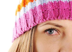 O uso de maquiagem pode ser uma das causas da conjuntivite alérgica.