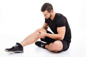 Os reumatologistas e os ortopedistas atuam de maneira diferente.